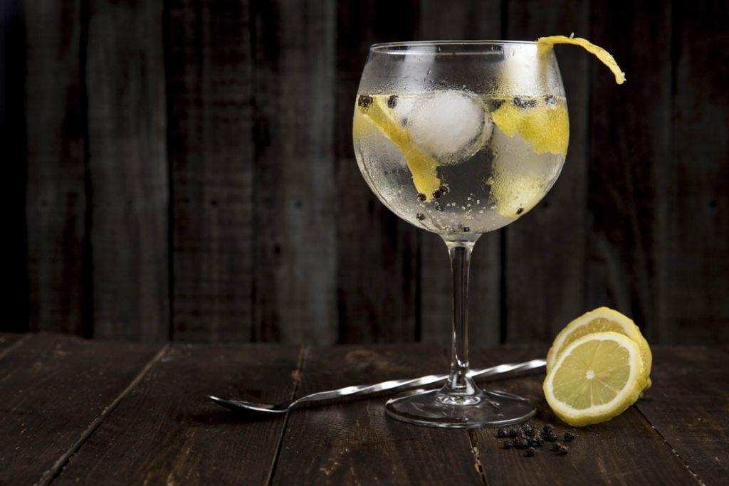 proste kolorowe drinki z wodka tonic